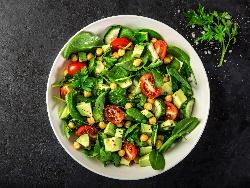 Салата с нахут, киноа, чери домати, краставици, авокадо, пресен зелен лук и бейби спанак - снимка на рецептата